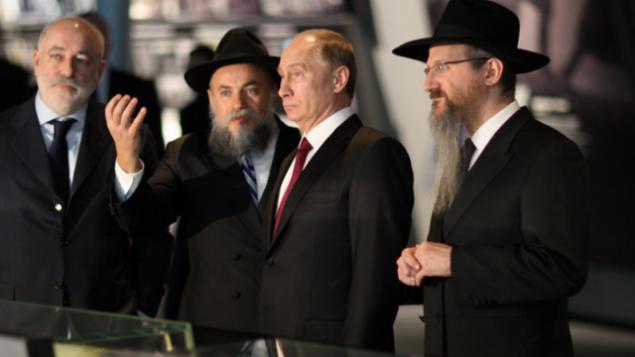 Le président russe Vladimir Poutine (au centre) visite le Jewish Museum and Tolerance Center avec le grand-rabbin russe Berel Lazar ( à droite) et le rabbin Alexander Boroda, président de la Fédération des Communautés juives de Russie, et directeur général du musée (à gauche). (Crédit : autorisation)