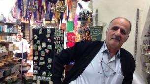 Shaban dans sa boutique de souvenirs dans le Quartier Chrétien le 9 novembre 201. (Crédits : Tamar Pileggi/times of Israel)