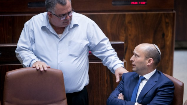Naftali Bennett, chef du parti Habayit Hayhudi (droite) et David Bitan, durant une session plénière à la Knesset pour le projet de loi visant à légaliser les avant-postes d'Amona, le 16 novembre 2016. (Crédit : Yonathan Sindel/Flash90)