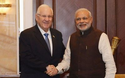 Le président Reuven Rivlin, à gauche, et le Premier ministre indien Narendra Modi, le 29 mars 2015. (Crédit : Tomer Reichmann)