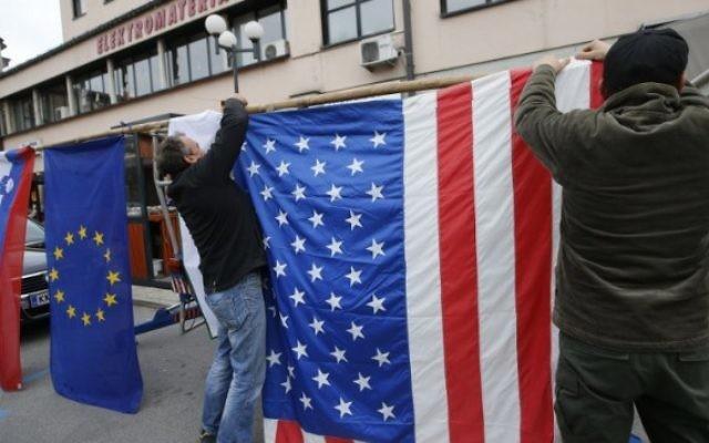 Les habitants de Sevnica, la ville de natale de Melania Trump, femme du président élu Donald Trump, accrochent un drapeau américain et célèbrent la victoire de Donald Trump dans la course à la Maison Blanche, le 9 novembre 2016. ( Crédits : AFP/Jure MAKOVEC)
