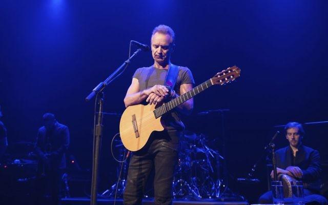 Le musicien anglais Sting sur la scène du Bataclan, un an après les attentats de Paris de novembre 2015, marque la réouverture de la salle de concert, le 12 novembre 2016. (Crédit : David Wolff Patrick/Universal Music France)
