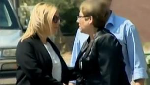 Vered Swid, ancienne directrice de l'Autorité pour la promotion du statut des femmes au bureau du Premier ministre, et Sara Netanyahu; dans le progamme Uvda de la Deuxième chaîne, diffusé le 7 novembre 2016. (Crédit : capture d'écran Deuxième chaîne)