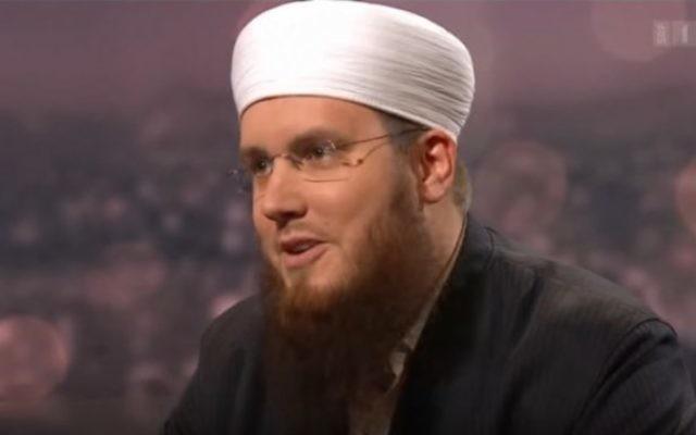Nicolas Blancho, du Conseil central islamique suisse, en 2014. (Crédit : capture d'écran YouTube)