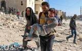 Un bénévole, membre des Casques blancs, transporte un enfant sauvé des décombres après un bombardement de la ville d'Alep, le 24 novembre 2016. (Crédit : Ameer Alhalbi/AFP)