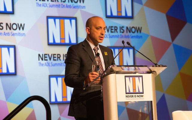 Le président d'ADL Jonathan Greenblatt prenant la parole lors de la conférence Never is Now  à  New York City,le 17 novembre  2016. (Crédit : ADL)