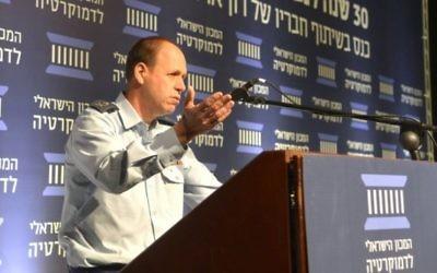 Le major-général Hagai Topolanski, directeur des ressources humaines de l'armée, prononce un discours lors d'une conférence de l'Institut de la Démocratie pour la commémoration des 30 ans de la disparition de Ron Arad,, le 29 Novembre 2016. (Crédit : Institut de la Démocratie israélienne)