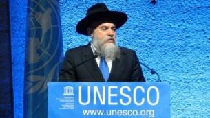 Le rabbin Alexander Boroda, président de la Fédération des Communautés juives de Russie, et directeur général du musée, à accepté la distinction, à Paris, le 6 novembre 2016. (Crédit : autorisation).