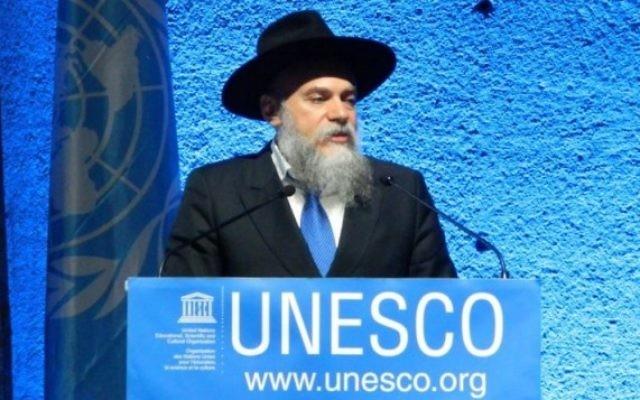 Le rabbin Alexander Boroda, président de la Fédération des communautés juives de Russie, accepte le prix UNESCO de la tolérance, le 16 novembre 2016 à Paris. (Autorisation)