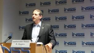 Dan Shapiro à l'INSS, le 9 novembre 2016 (Crédit : Raphael Ahren)