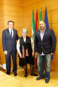 Doreen Alhadeff (au centre), avec le maire de Torremolinos Jose Ortiz (à gauche) et David Obadia, le président de la communauté juive de Torremolinos, devant des drapeaux espagnols après avoir obtenu la nationalité espagnole, à Torremolinos, en Espagne, le 2 février 2016. (Crédit : autorisation)