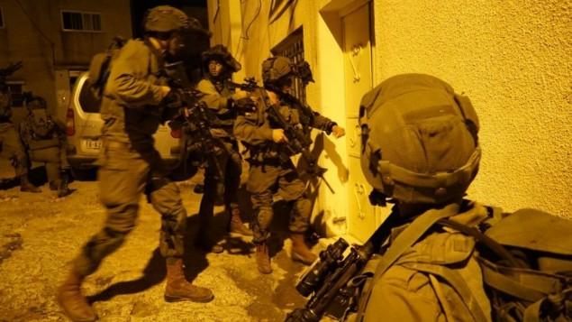 Des soldats israéliens pendant une opération à Qabatiya, près de Jénine, le 1er novembre 2016, après une attaque à main armée contre des soldats israéliens la veille près de Ramallah. (Crédit : unité des porte-paroles de l'armée israélienne)