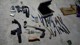 Des couteaux et des pièces de fusil ont été saisis par des soldats israéliens lors d'un raid à Yatta, en dehors de Hébron, tôt le matin le 8 novembre 2016 (Crédit : Unité de Porte-parole de Tsahal)