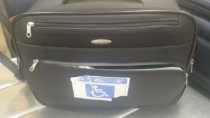 La valise dans laquelle un passager à tenté de faire entrer des oiseaux rares en contrebande. L'étiquetage de la valise était censé éviter les soupçons. (Crédit : Ministère de l'Agriculture)