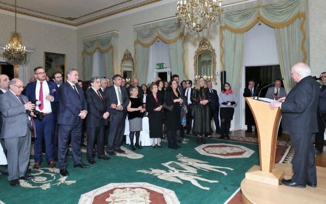 Le président irlandais Michael Higgins prononce un discours lors d'un évènement organisé par le World Jewish Congress, en novembre 2016. ( Crédit : WJC)