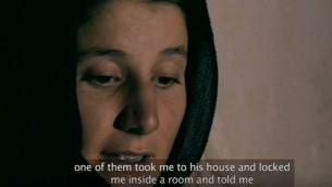 Une femme qui a été enlevée et ensuite sauvée par Nareen Shammo dans le documentaire de la BBC de 2015 « Slaves of the Caliphate » (Crédit : Capture d'écran YouTube)
