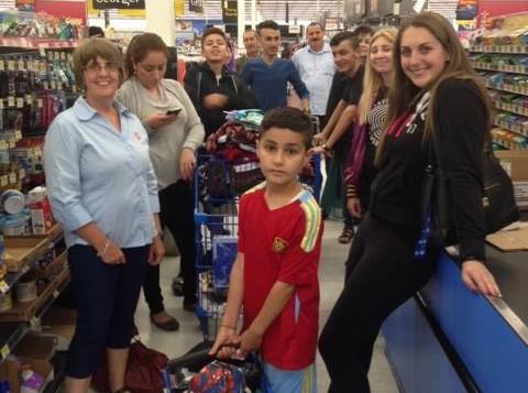 Des membres de la communauté juive emmènent la famille yazidie faire des courses trois jours après leur arrivée au Canada, le 14 juillet 2016. (Crédit : Michel Aziza)