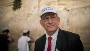 Marc Zell, co-président de Republicans Overseas Israel se rend au mur Occidental à Jérusalem le 9 novembre 2016, au lendemain de la victoire de Donald Trump aux présidentielles américaines de 2016. (Crédits : Yonatan Sindel/Flash90)