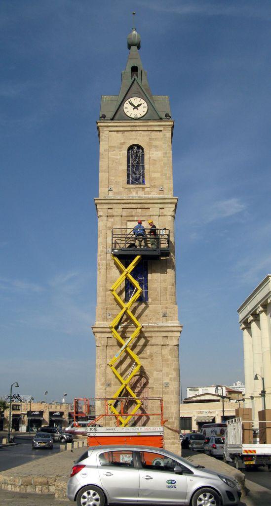 Les conservateurs de l'Autorité des Antiquités d'Israël remettent le sceau du sultan à sa place initiale après sa restauration (Crédit : Niki Davidov/Autorisation de l'Autorité israélienne des antiquités)