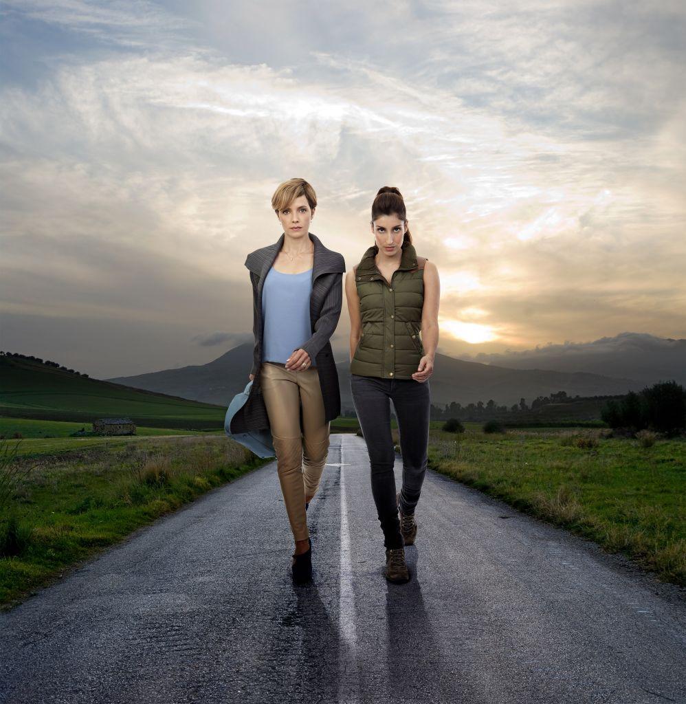 Mili Avital (à gauche) et Shani Cohen dans une photo pour leur nouveau spectacle  'Landing on their Feet' (Autorisation Keshet)