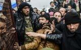 Les réfugiés se bousculant les uns et les autres en attendant des tentes tandis que les Syriens fuient la ville d'Alep, le 6 février 2016 à Bab al-Salama, près de la ville d'Azaz, au nord de la Syrie (Crédit : Bulent Kilic / AFP)