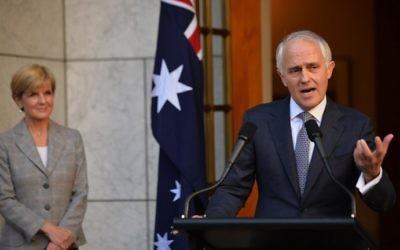 Le nouveau Premier ministre australien Malcolm Turnbull (à droite) annonce son nouveau cabinet lors d'une conférence de presse  à Canberra, le 20 septembre 2015. A ses côtés,  la ministre des affaires étrangères  Julie Bishop (à gauche). (Crédit : Peter Parks/AFP)