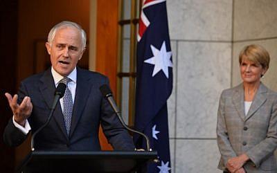 Le nouveau Premier ministre australien Malcolm Turnbull (à droite) annonce son nouveau cabinet lors d'une conférence de presse  à Canberra, le 20 septembre 2015. A ses côtés,  la ministre des affaires étrangères  Julie Bishop (à gauche). (Crédit: Peter Parks/AFP)