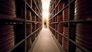 Nikolaus Wostry, directeur des collections de la Filmarchiv Austria, dans une salle de stockage spéciale, à Laxenburg, le 15 novembre 2016. (Crédit : Joe Klamar/AFP)