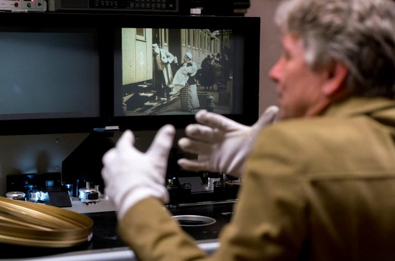 """Nikolaus Wostry, directeur des collections de la Filmarchiv Austria, présente le film """"La ville sans juifs"""", à Laxenburg, le 15 novembre 2016. (Crédit : Joe Klamar/AFP)"""