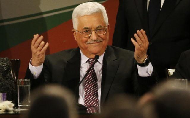 Mahmoud Abbas, président de l'Autorité palestinienne, pendant son discours devant le 7e congrès du Fatah, réuni à la Mouqataa, le siège de l'Autorité à Ramallah, en Cisjordanie, le 30 novembre 2016. (Crédit : Abbas Momani/AFP)