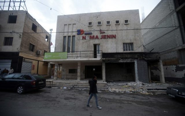 Le 'Cinéma Jénine, l'un des cinémas les plus connus des territoires palestiniens, ferme ses portes faute d'entrées. Photographié à Jénine, en Cisjordanie, le 30 novembre 2016. (Crédit : Jaafar Ashtiyeh/AFP)