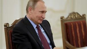 Le président russe Vladimir Poutine pendant une rencontre avec le ministre japonais des Affaires étrangères, à Saint-Pétersbourg, le 2 décembre 2016. (Crédit : Dmitri Lovetsky/Pool/AFP)