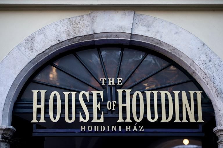 """L'entrée principale du musée de la """"Maison de Houdini"""", à Budapest, le 2 décembre 2016. (Crédit : Attila Kisbenedek/AFP)"""