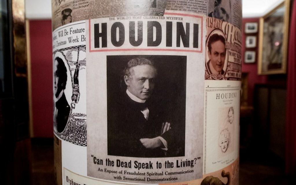 """Une affiche pour le musée de la """"Maison de Houdini"""", à Budapest, le 2 décembre 2016. (Crédit : Attila Kisbenedek/AFP)"""