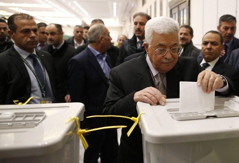 Mahmoud Abbas, au centre, président de l'Autorité palestinienne, vote pendant le congrès du Fatah à la Mouqataa, le siège de l'Autorité, à Ramallah, en Cisjordanie, le 3 décembre 2016. (Crédit : Ahmad Gharabli/AFP)