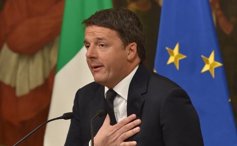 Le Premier ministre italien Matteo Renzi annonce sa démission lors d'une conférence de presse au Palazzo Chigi après les résultats du vote pour un référendum sur les réformes constitutionnelles, le 4 décembre 2016. (Crédit : Andreas Solaro/AFP)