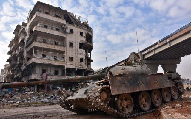 Les troupes du gouvernement syrien en patrouille dans le quartier al-Sakhour, à l'est d'Alep, qui vient d'être repris aux rebelles, le 7 décembre 2016. (Crédit : George Ourfalian/AFP)