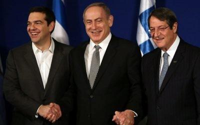 Le Premier ministre israélien Benjamin Netanyahu (C) accueille le Premier ministre grec Alexis Tsipras (G) et le président chypriote Nicos Anastasiades lors d'une réunion trilatérale à Jérusalem pour discuter du pétrole et du gaz de la Méditerranée orientale le 8 décembre 2016. (Crédit : AFP / GALI TIBBON)
