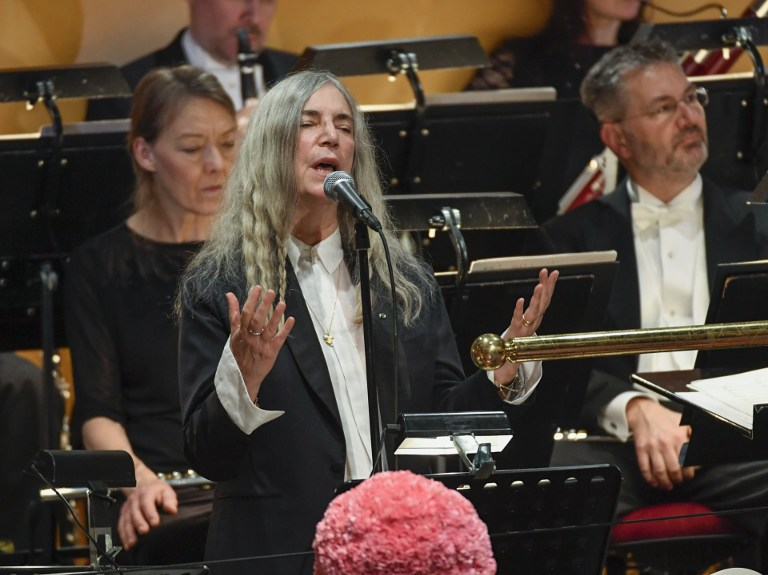 """La chanteuse américaine Patti Smith chante """"A Hard Rain's A-Gonna Fall"""" du lauréat absent du Prix Nobel de Littérature 2016, Bob Dylan, pendant la remise des prix de médecine, physique et chimie à Stockholm, en Suède, le 10 décembre 2016. (Crédit : Jessica Gow/TT News Agency/AFP)"""