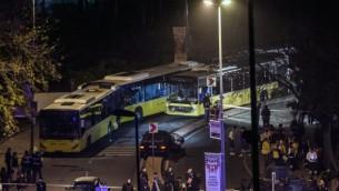 Des secouristes turcs, des policiers et des médecins légistes sur le site où une voiture piégée a explosé près du stade du club de football Besiktas, dans le centre d'Istanbul, le 10 décembre 2016. (Crédit : Ozan Kose/AFP)