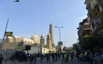 Les forces de sécurité égyptiennes déployées sur le site d'une explosion à la cathédrale orthodoxe copte Saint-Marc, dans le quartier Abbasiya du Caire, le 11 décembre 2016. (Crédit : Khaled Desouki/AFP)
