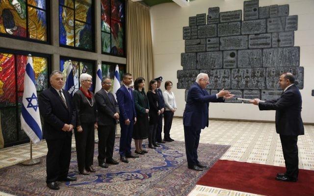 Kemal Okem, à droite, ambassadeur de la Turquie auprès d'Israël, remet ses lettres de créances au président Reuven Rivlin, à Jérusalem, le 12 décembre 2016. (Crédit : Ronen Zvulun/Pool/AFP)
