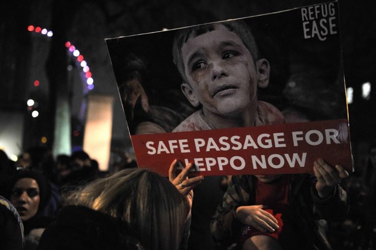 Manifestation de solidarité avec les habitants de la ville syrienne assiégée d'Alep, devant la résidence du Premier ministre à Londres, le 13 décembre 2016. (Crédit : Daniel Sorabji/AFP)