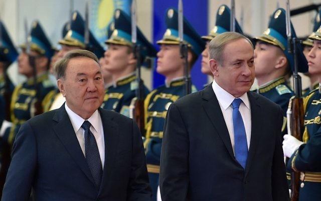 Le président kazakh Nursultan Nazarbayev, à gauche, et le Premier ministre Benjamin Netanyahu, à droite, à Astana le 14 décembre 2016. (Crédit : Ilyas Omarov/AFP)