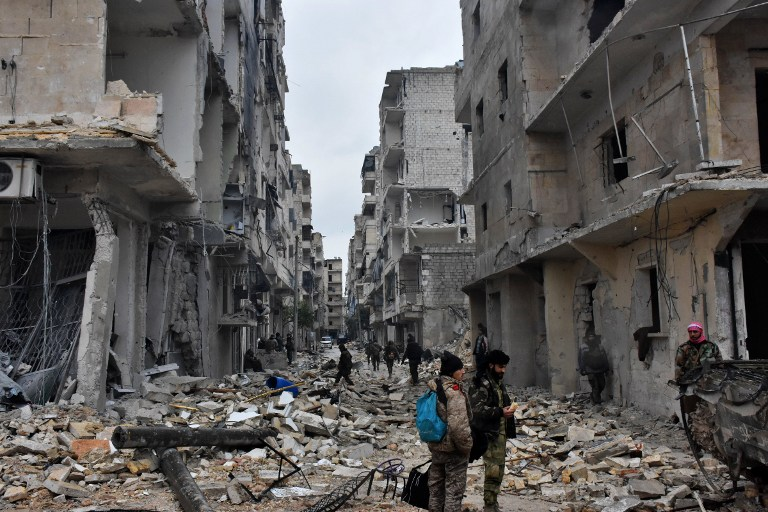 Les forces gouvernementales syriennes avancent dans le quartier Jisr al-Haj d'Alep, pendant une opération visant à reprendre aux rebelles des quartiers de la ville, le 14 décembre 2016. (Crédit : George Ourfalian/AFP)