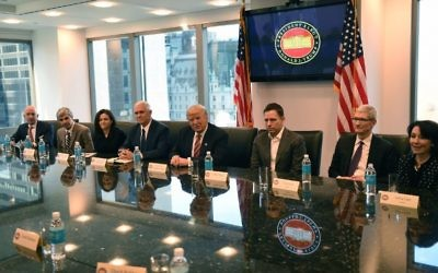 De gauche à droite, Jeff Bezos d'Amazon,  Larry Page d'Alphabet, Sheryl Sandberg de Facebook, le vice-président élu Mike Pence, le président élu Donald Trump, Peter Thiel de PayPal, Tim Cook d'Apple, et Safra Catz d'Oracle lors d'un meeting à la Trump Tower le 14 décembre 2016, à New York. (Crédit : AFP PHOTO / TIMOTHY A. CLARY)