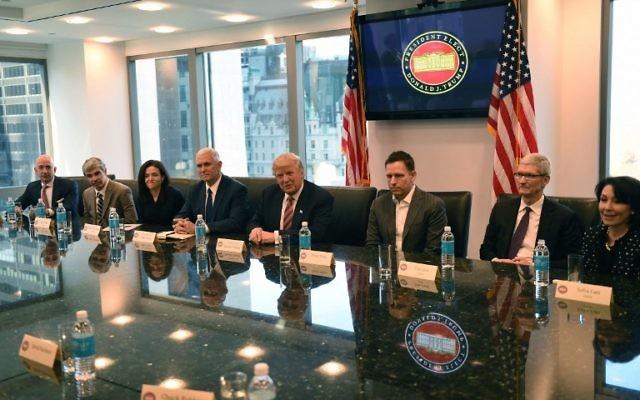 De gauche à droite, Jeff Bezos d'Amazon,  Larry Page d'Alphabet, Sheryl Sandberg de Facebook, le vice-président élu Mike Pence, le président élu Donald Trump, Peter Thiel de PayPal, Tim Cook d'Apple, et Safra Catz d'Oracle lors d'un meeting à la Trump Tower le 14 décembre 2016, à New York. (Crédit: AFP PHOTO / TIMOTHY A. CLARY)
