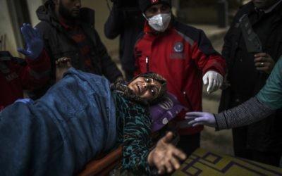 Un Syrienne blessée à Alep peut être soignée dans un hôpital syrien à la frontière turque, le 16 décembre 2016. (Crédit : Bulent Kilic/AFP)