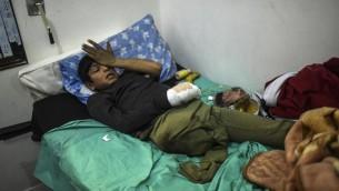 Un garçon syrien blessé à Alep peut être soigné dans un hôpital syrien à la frontière turque, le 16 décembre 2016. (Crédit : Bulent Kilic/AFP)