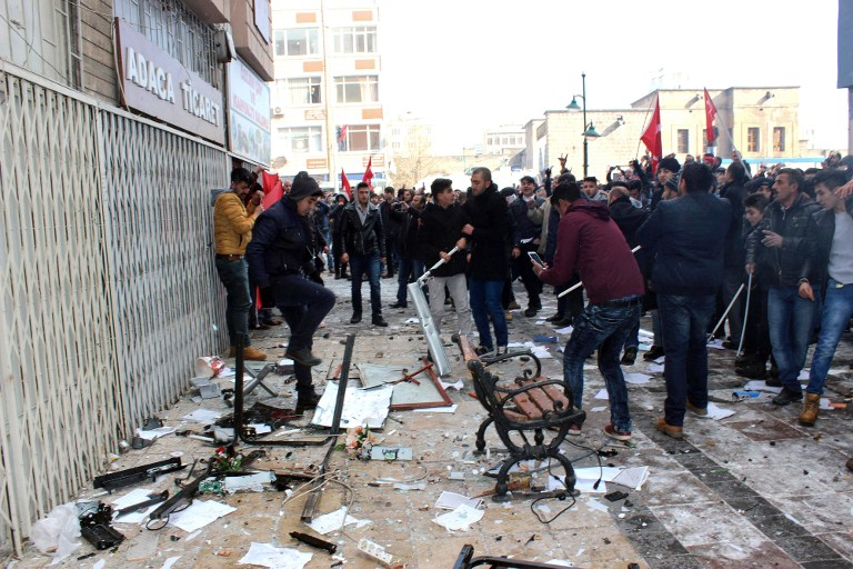 La scène d'un attentat suicide contre un bus transportant des soldats turcs, à Kayseri, dans le centre de la Turquie, le 17 décembre 2016. (Crédit : Dogan/AFP)